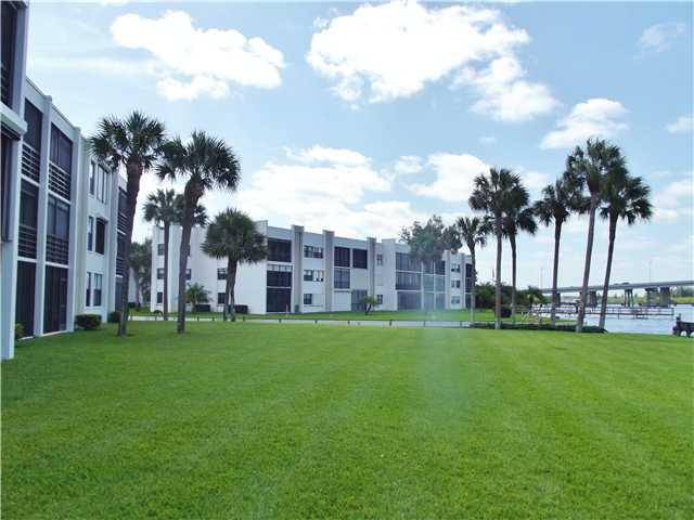 Grounds of Circle Bay Waterfront Condos in Stuart Florida