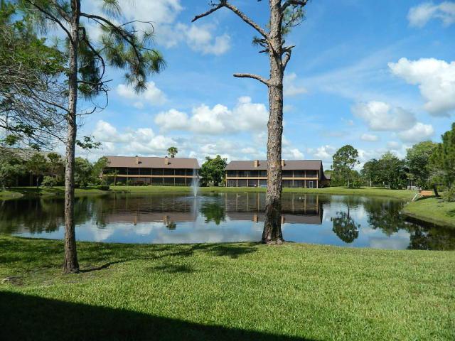 Crestwood Townhomes in Stuart FL lake
